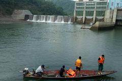 Thủy điện ở Nghệ An bất ngờ xả nước lật thuyền, 1 người chết