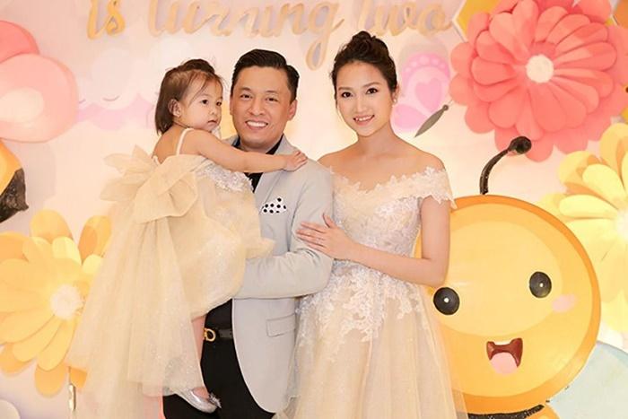 Bị vợ chặn Facebook, Lam Trường đáp: Không cần tương tác trên mạng vì vẫn nằm cạnh nhau