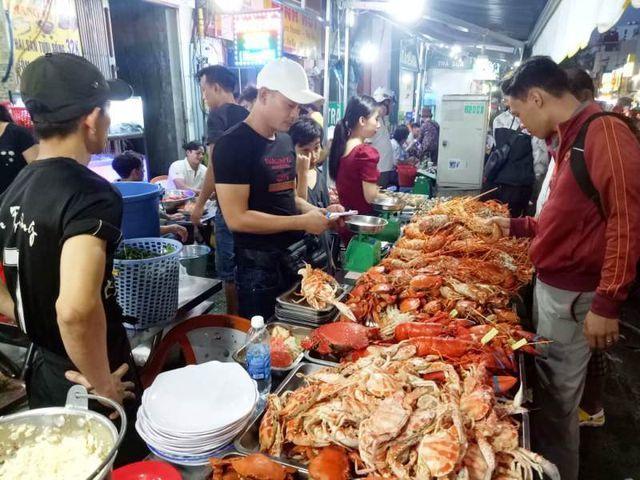Cua huỳnh đế, tôm hùm giá 'bạc triệu' bán khắp các vỉa hè Sài Gòn