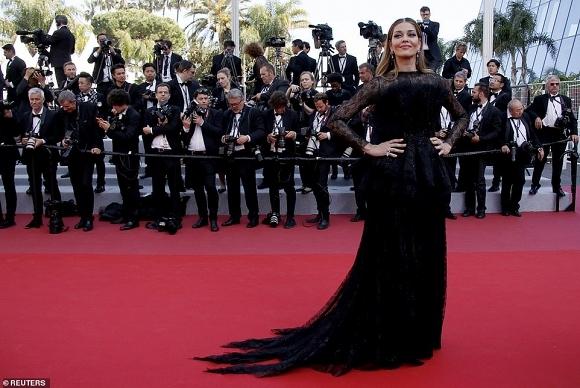 Dàn mỹ nhân chuộng đầm xẻ sâu khoe ngực trên thảm đỏ Cannes