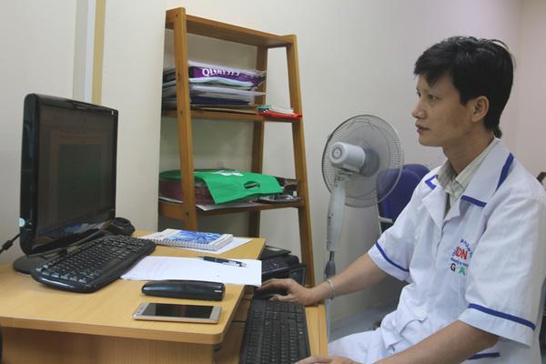 Cụ ông 70 tuổi bay từ Sài Gòn ra Hà Nội cùng 3 mẫu xét nghiệm ADN