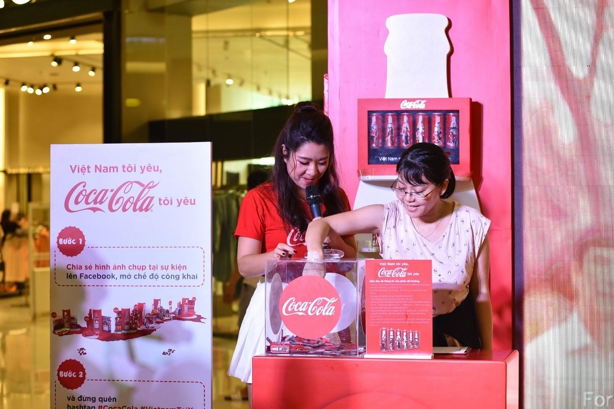 Đua check-in cùng bộ lon Coca-Cola khổng lồ 'Việt Nam tôi yêu'