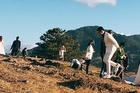 Hàng trăm cô dâu chú rể chen chúc chụp ảnh cưới ở Đà Lạt