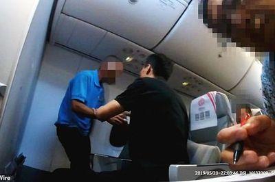 Hành khách đập phá, đòi mở cửa khi máy bay đang trên không trung