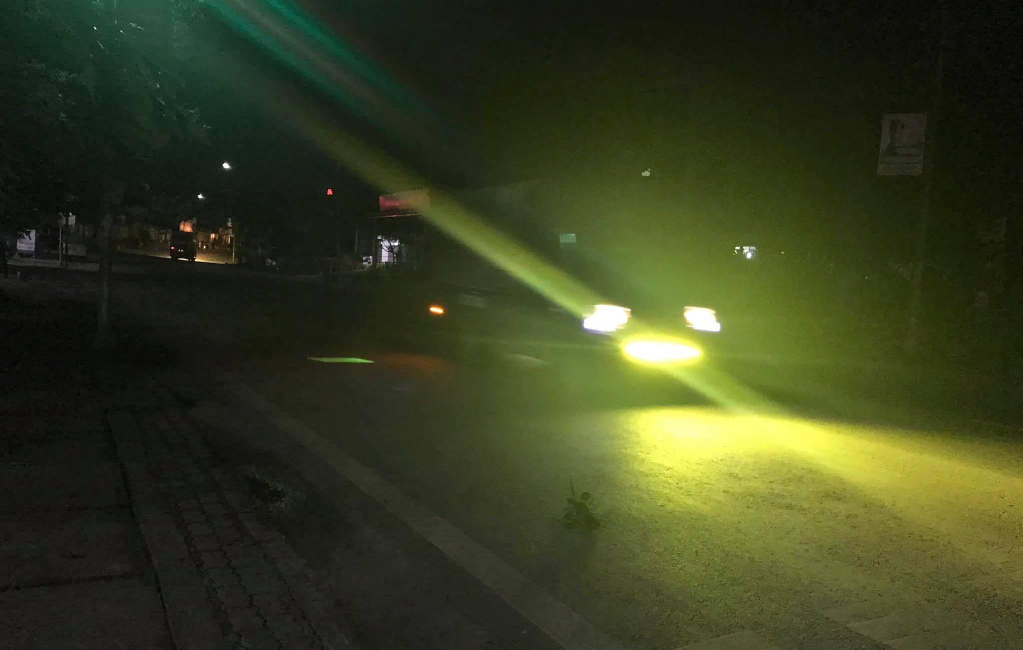 Lắp đèn chói sáng vô tội vạ, tài xế Việt 'lách cửa' đăng kiểm
