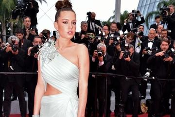 Mỹ nhân phim 18+ diện váy khoét eo trên thảm đỏ Cannes ngày cuối