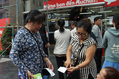 Auchan bị tố bán giá cao gần gấp đôi, khách bức xúc đòi trả hàng