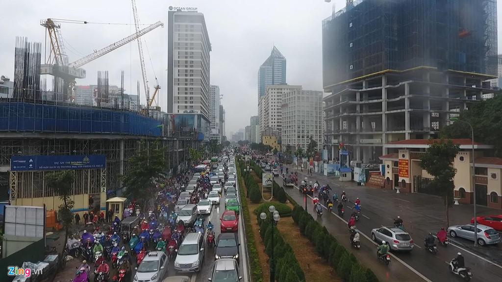 'Ngộp thở' 40 tòa cao ốc trên tuyến đường 2 km ở Hà Nội