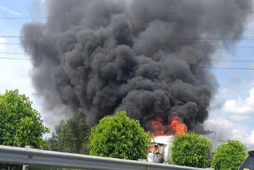 Xe container cháy rụi trên cao tốc Long Thành, kẹt xe nghiêm trọng