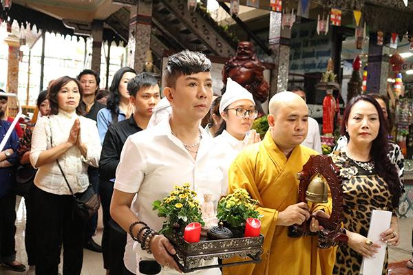 Long Nhật khóc nghẹn trong lễ cầu siêu ca sĩ Vương Bảo Tuấn