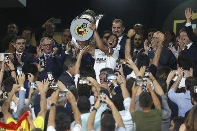 Khuất phục Barca, Valencia đoạt Cúp Nhà vua