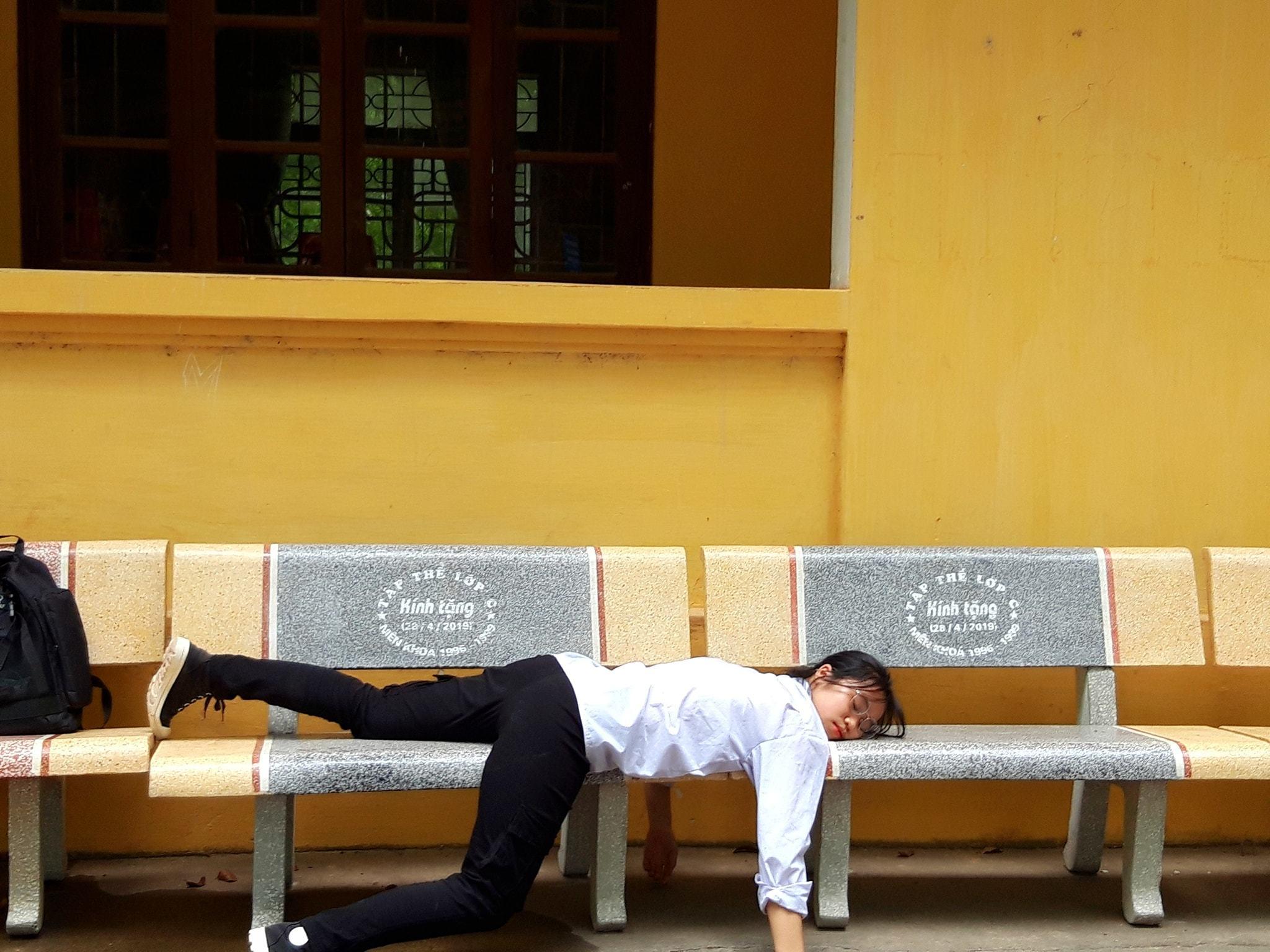 Nữ sinh Bắc Giang 'kiệt sức vì học thi' được bạn bè đồng cảm