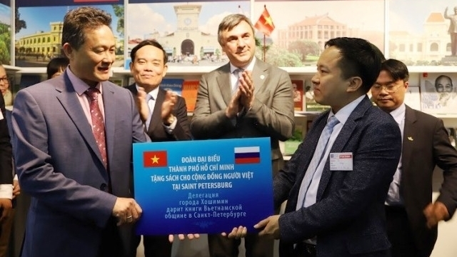 HCM City presents books to overseas Vietnamese in,social news,english news,Vietnam news,vietnamnet news,Vietnam latest news,Vietnam breaking news,Vietnamese newspaper,Vietnamese newspaper articles