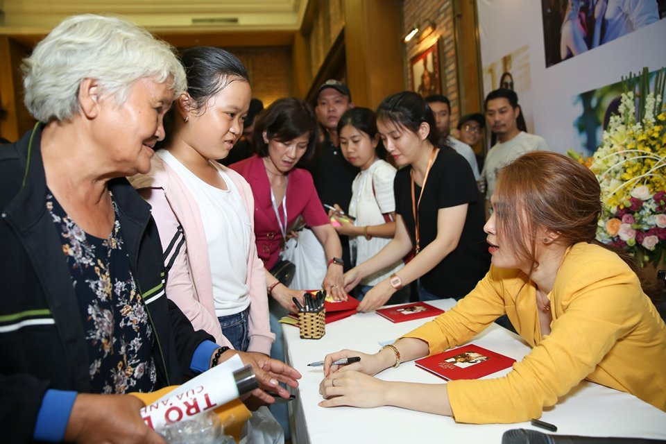 Mỹ Tâmnán lại hơn 1 giờ để ký hết cho 1500 người hâm mộ, trong đó có fan rất lớn tuổi.
