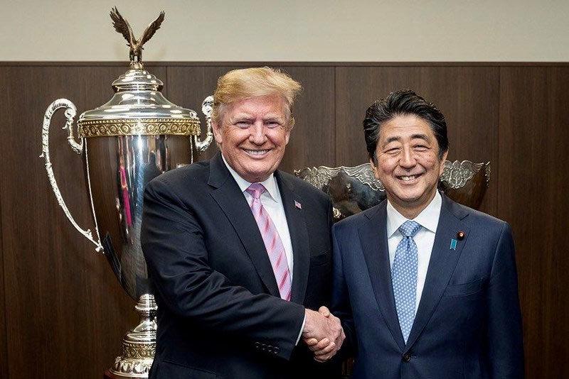 Vợ chồng ông Trump thích thú xem đấu sumo ở Nhật