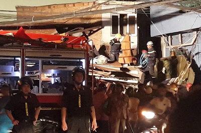 Xe ben lao dốc cầu đâm sập nhà dân ở Sài Gòn