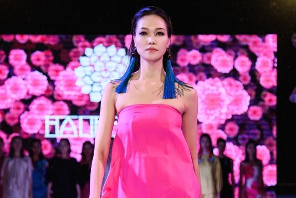 Hoa hậu Thùy Dung làm vedette giữa trời mưa ở Pleiku