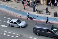 Người đàn ông một mình, tay không đánh đuổi hai tên cướp