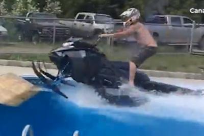 Chàng trai ngã đau vì lái xe trượt tuyết bay qua bể bơi