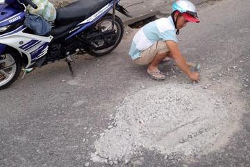 Người đàn ông phá mảng bê tông rơi ở quốc lộ, hạn chế tai nạn cho xe sau
