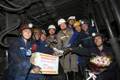 CEO Vinacomin tặng quà công nhân lao động