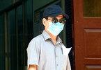 Ông Nguyễn Hữu Linh bịt kín mặt tới tòa nhận quyết định vụ dâm ô bé gái