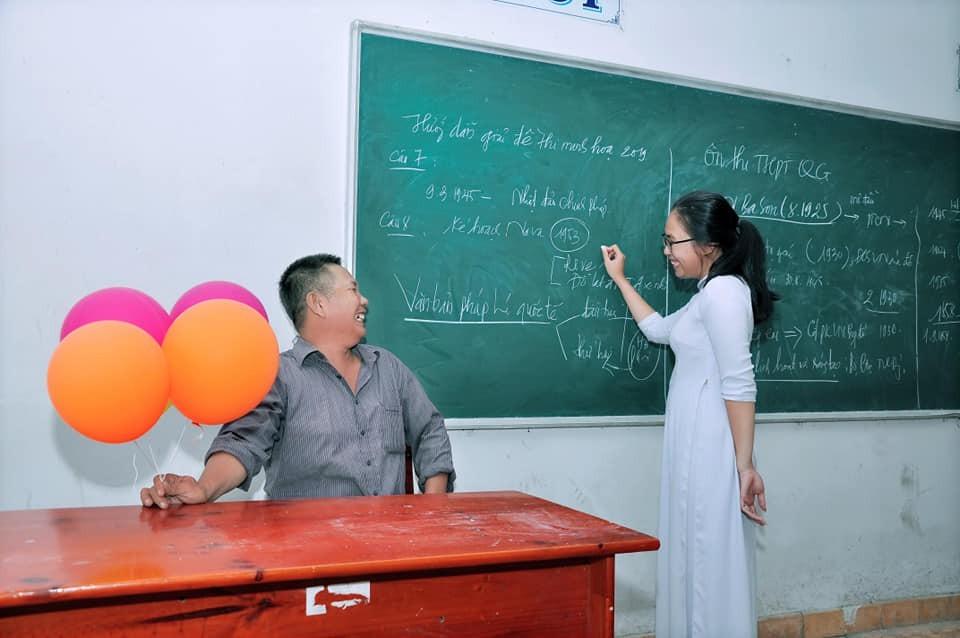 Người cha 11 năm mang bóng bay chúc mừng ngày bế giảng của con gái
