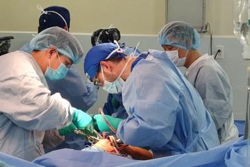 Bệnh viện Quân Y 175 cùng bác sĩ nước ngoài thay khớp háng cho bệnh nhân nghèo