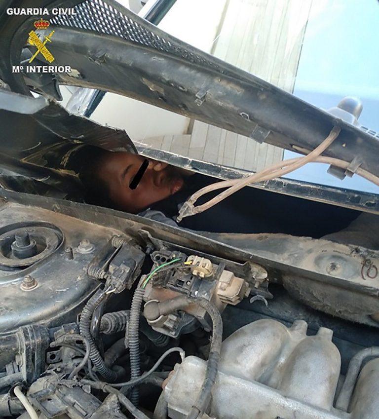 Phát hiện 4 người trốn trong gầm ô tô để nhập cảnh trái phép