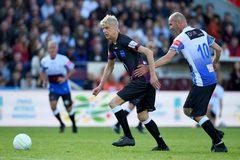 Wenger gây sốt với pha đi bóng loại bỏ Zidane trên sân cỏ