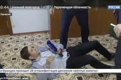 Quan chức Nga quật ngã phóng viên vì hỏi móc