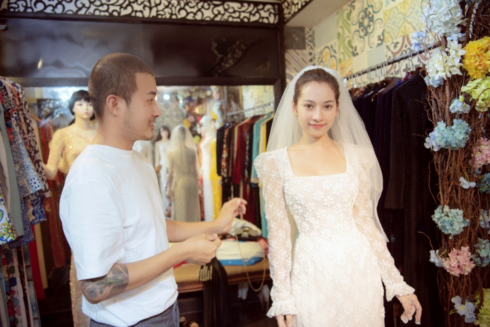 Vợ sắp cưới kém 15 tuổi của Dương Khắc Linh thử áo dài lễ vu quy