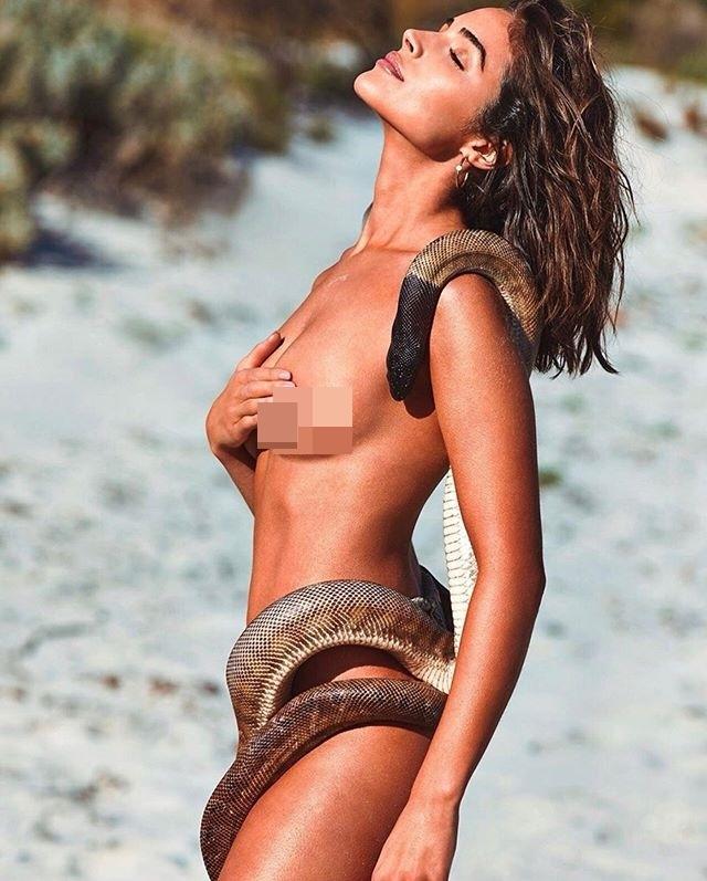 Hoa hậu Hoàn vũ Olivia Culpo bán khỏa thân tạo dáng cùng trăn