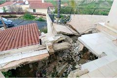 Mua nhà 6 tỷ trên đất 'cấm xây', gia chủ khóc ròng sống trong sợ hãi