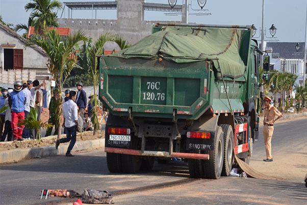 Xe tải tông trực diện nữ sinh lớp 12 trên đường đi ôn thi