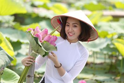 Chen chân chụp ảnh kiếm tiền tại đầm sen hồ Tây