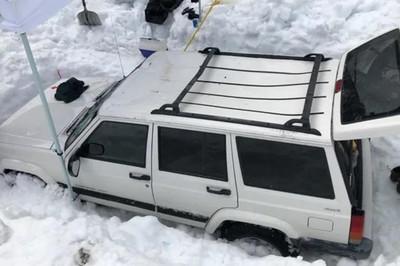Cứu ô tô bị chôn vùi dưới 3 mét tuyết suốt 4 tháng