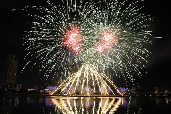 Lễ hội pháo hoa quốc tế 2019: Trọng Tấn hát 'Sông Volga xinh đẹp'