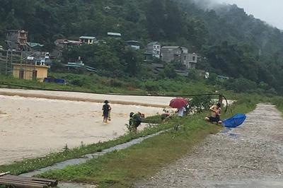 Mưa lũ, lốc xoáy ở các tỉnh miền núi phía Bắc khiến 2 người chết