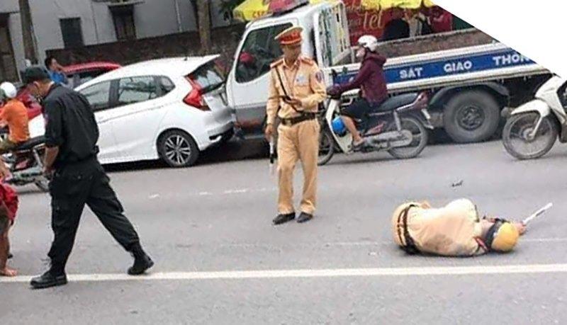 Thanh niên xăm trổ tông gục cảnh sát giao thông trên đường Hà Nội