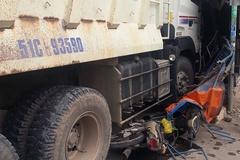 Xe ben tông sập quán cơm ở Sài Gòn, 2 người bị thương