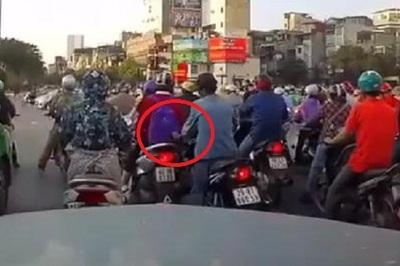 Tài xế ô tô bóp còi cảnh báo cô gái bị móc túi