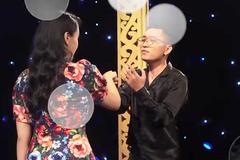 Nam ca sĩ không kiềm chế nổi trên sóng truyền hình khi thấy mặt bạn gái