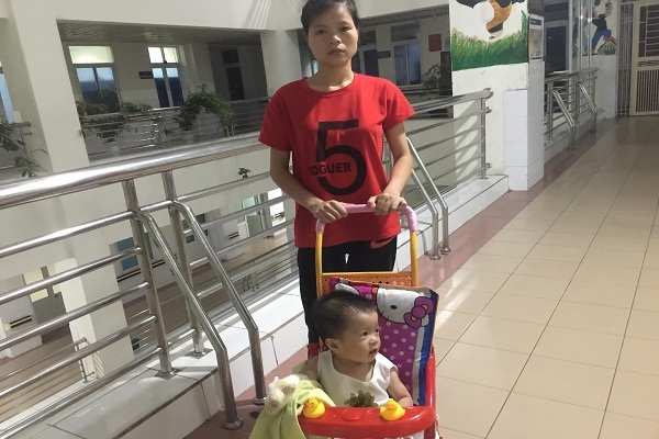 Bé gái Hoàng Thị Hà Vy đang dần phục hồi sau bỏng nặng