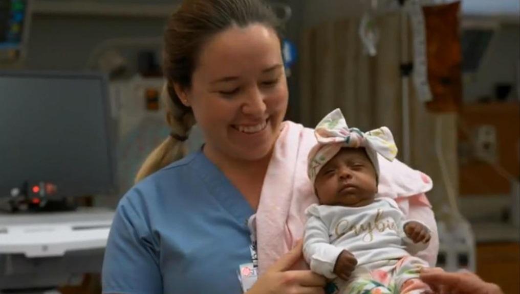 Hình ảnh bé gái 'tí hon' nhất thế giới, nặng chỉ hơn 200 gram