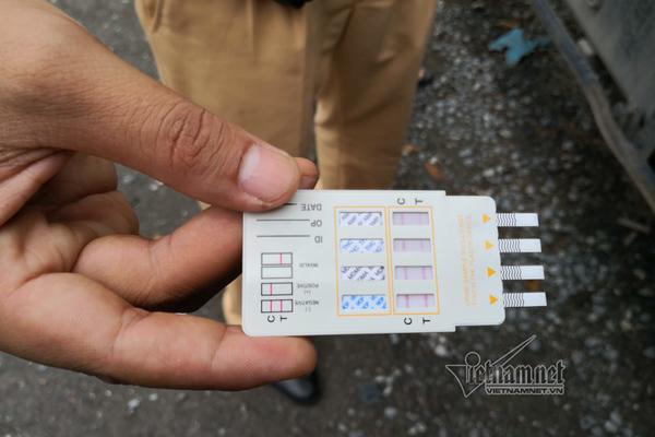 CSGT Hà Nội dùng que thử tại chỗ, lái xe 'hổ vồ' dương tính ma túy