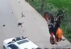Lao nhanh như chớp, mô tô nát vụn sau cú lao đầu vào ôtô