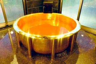 Tắm trong bồn bằng vàng 18 carat trải nghiệm làm 'đại gia'