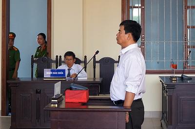 Cựu giảng viên cao đẳng 'đòi xử' hiệu trưởng bất ngờ bị bắt giam tại tòa