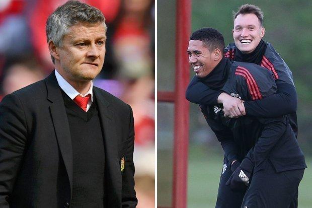 MU tin dùng 2 'ông thần' Jones và Smalling, Arsenal tậu Gotze